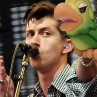 """Alex Turner desabafa e diz: """"é difícil tocar algumas das antigas ao vivo"""""""